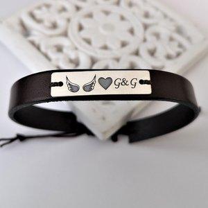 Bratara cu placuta gravata simbol aripi, inimioara si initiale - Argint 925, piele