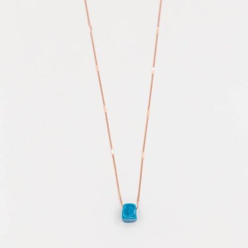 Colier auriu cu pandantiv cub albastru