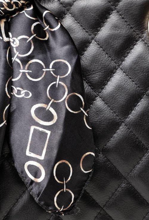 Geanta neagra din piele naturala accesorizata cu esarfa