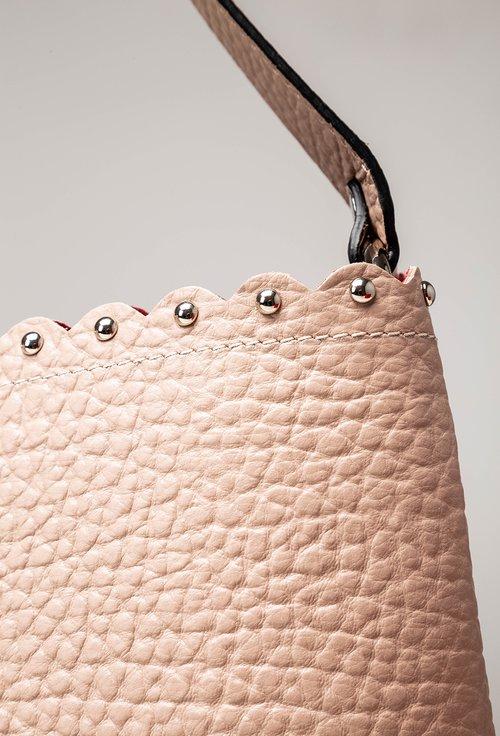 Geanta roz din piele texturata cu tinte pe margine