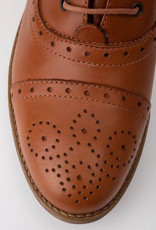 Ghete nuanta cognac din piele cu detalii perforate