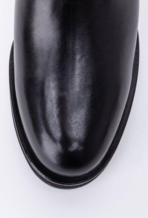 Ghete negre din piele accesorizate cu o curea