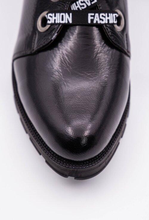 Ghete negre din piele lacuita cu detaliu siret