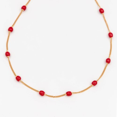 Lantisor auriu accesorizat cu pietre rosii