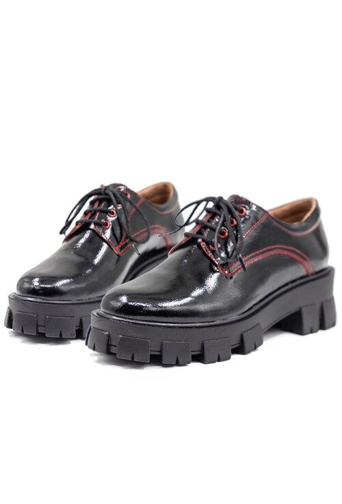 Pantofi negri din piele lacuita cu detaliu cusatura