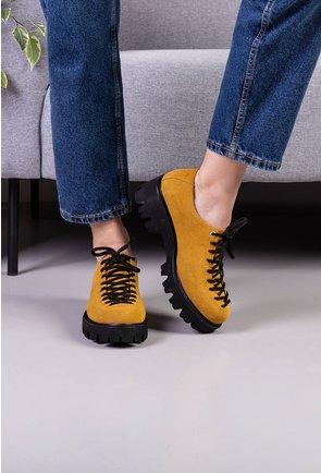 Pantofi nuanta galben mustar din piele intoarsa cu siret