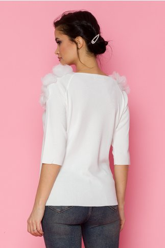 Bluza alba tip tricot cu flori 3D aplicate pe umeri si maneci trei sferturi