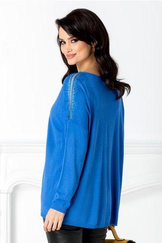 Bluza albastra cu aplicatii din dantela la umeri