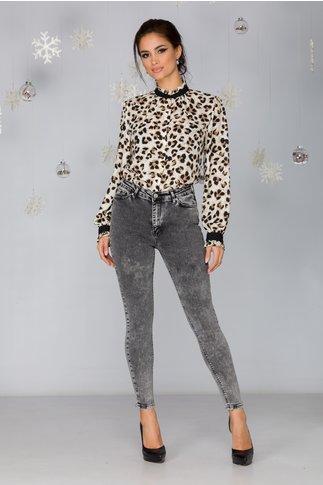 Bluza Ava alba cu animal print stralucitor si guler la baza gatului