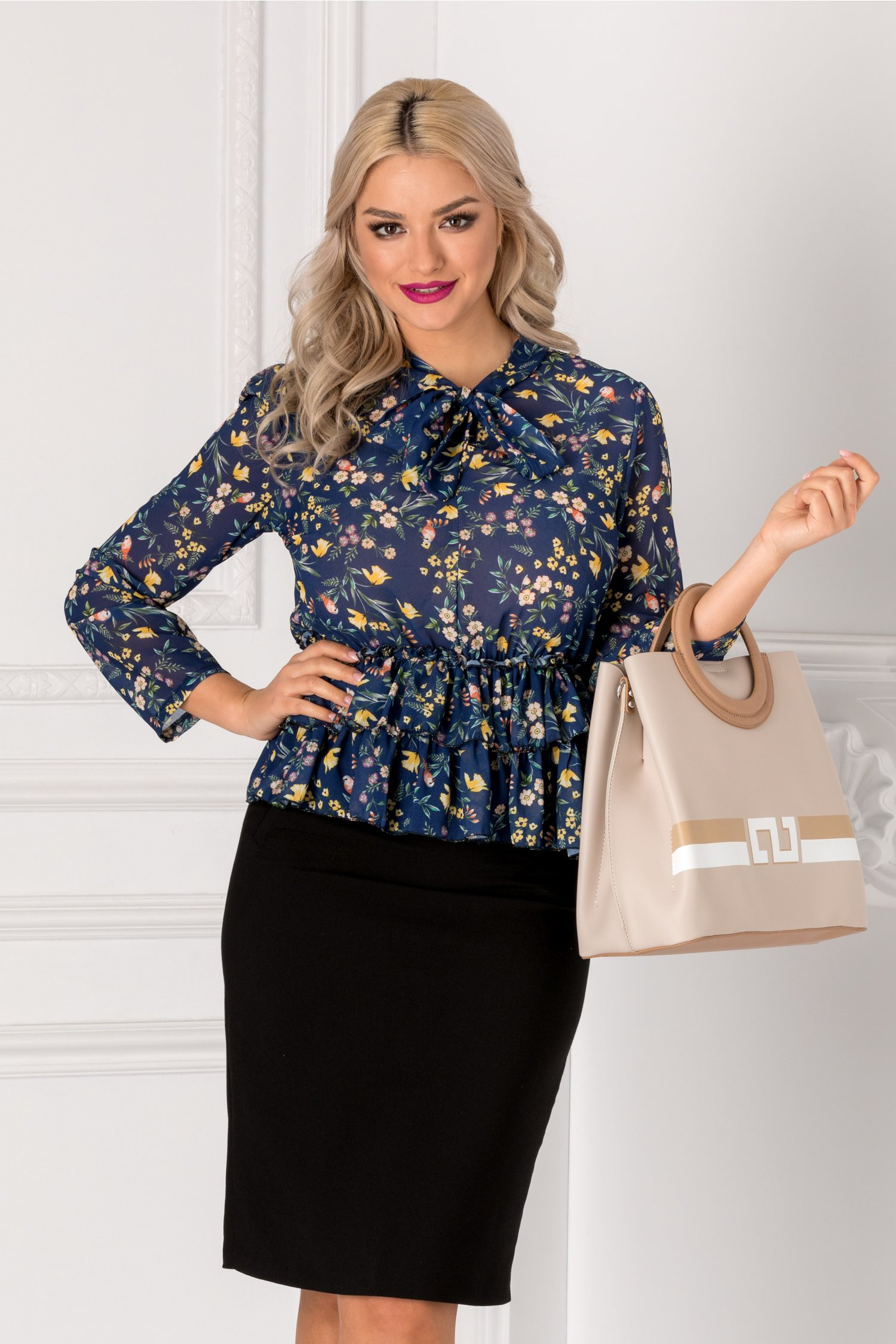 Bluza bleumarin cu imprimeu floral si volanase la baza