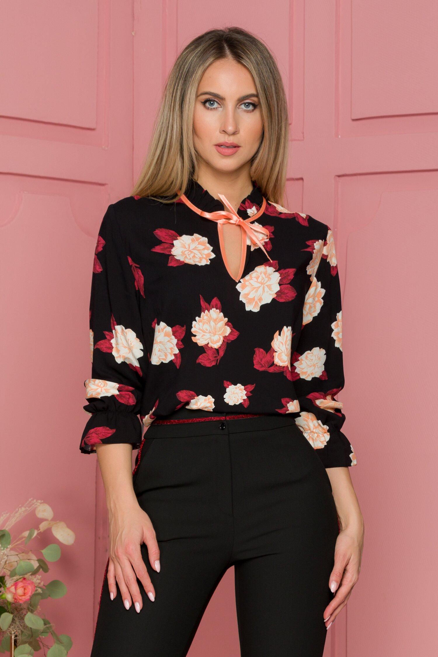 Bluza Cammile neagra cu imprimeu floral si guler tip volanas