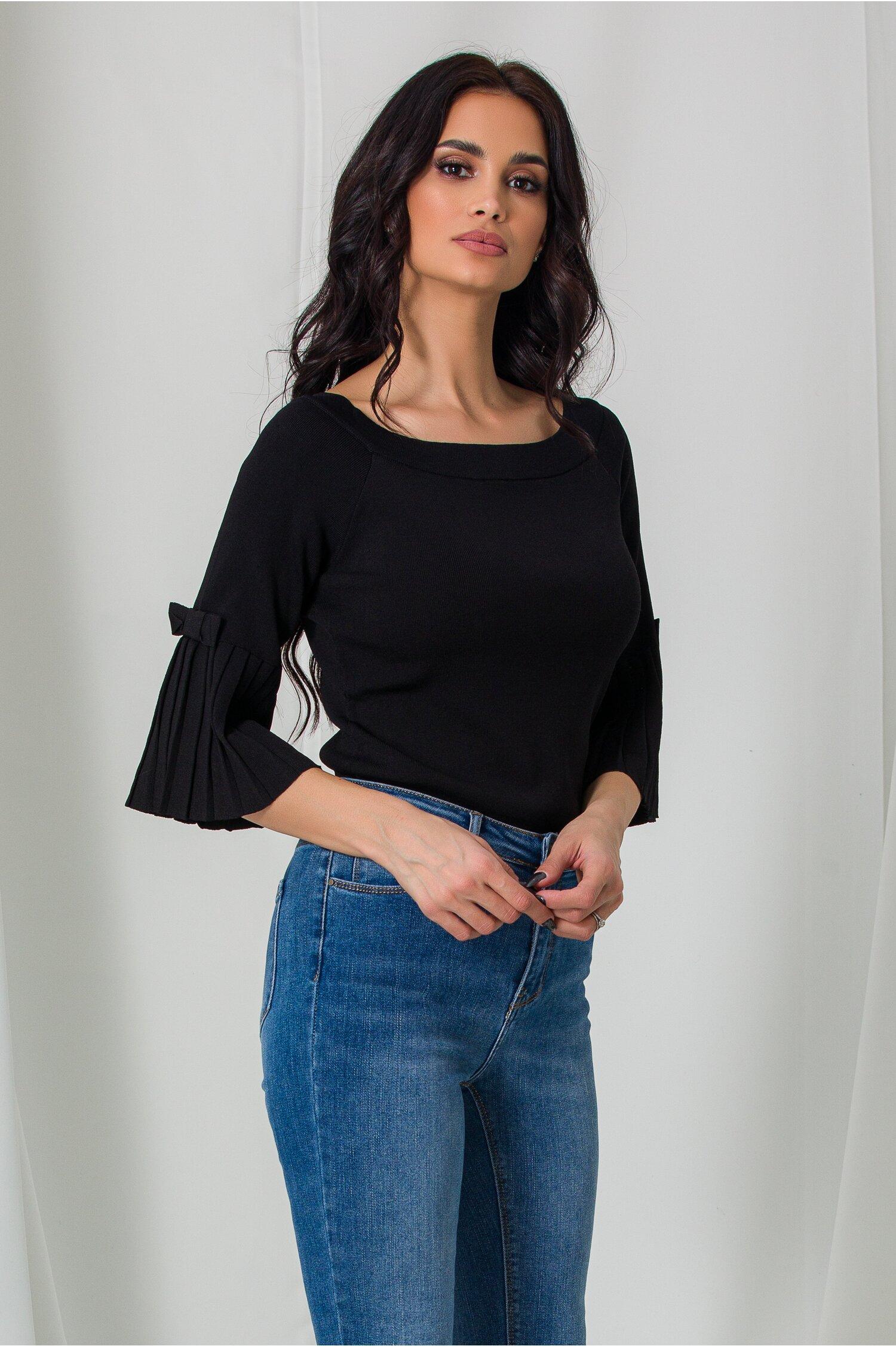 Bluza Daria neagra cu decolteu barcuta si umeri lasati