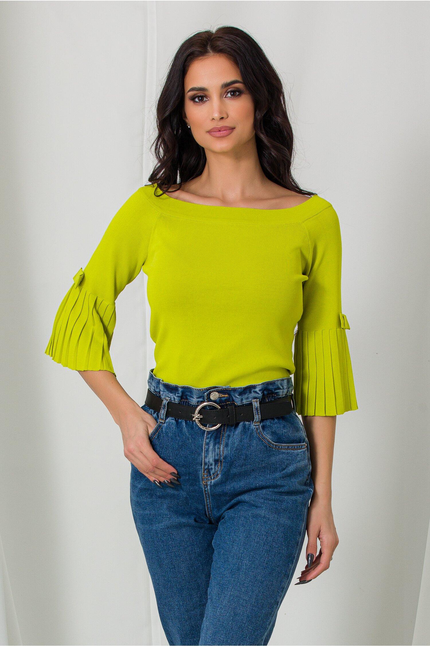 Bluza Daria verde lime cu decolteu barcuta si umeri lasati