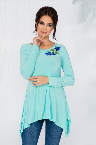 Bluza Diana turcoaz cu broderie florala si lungime asimetrica