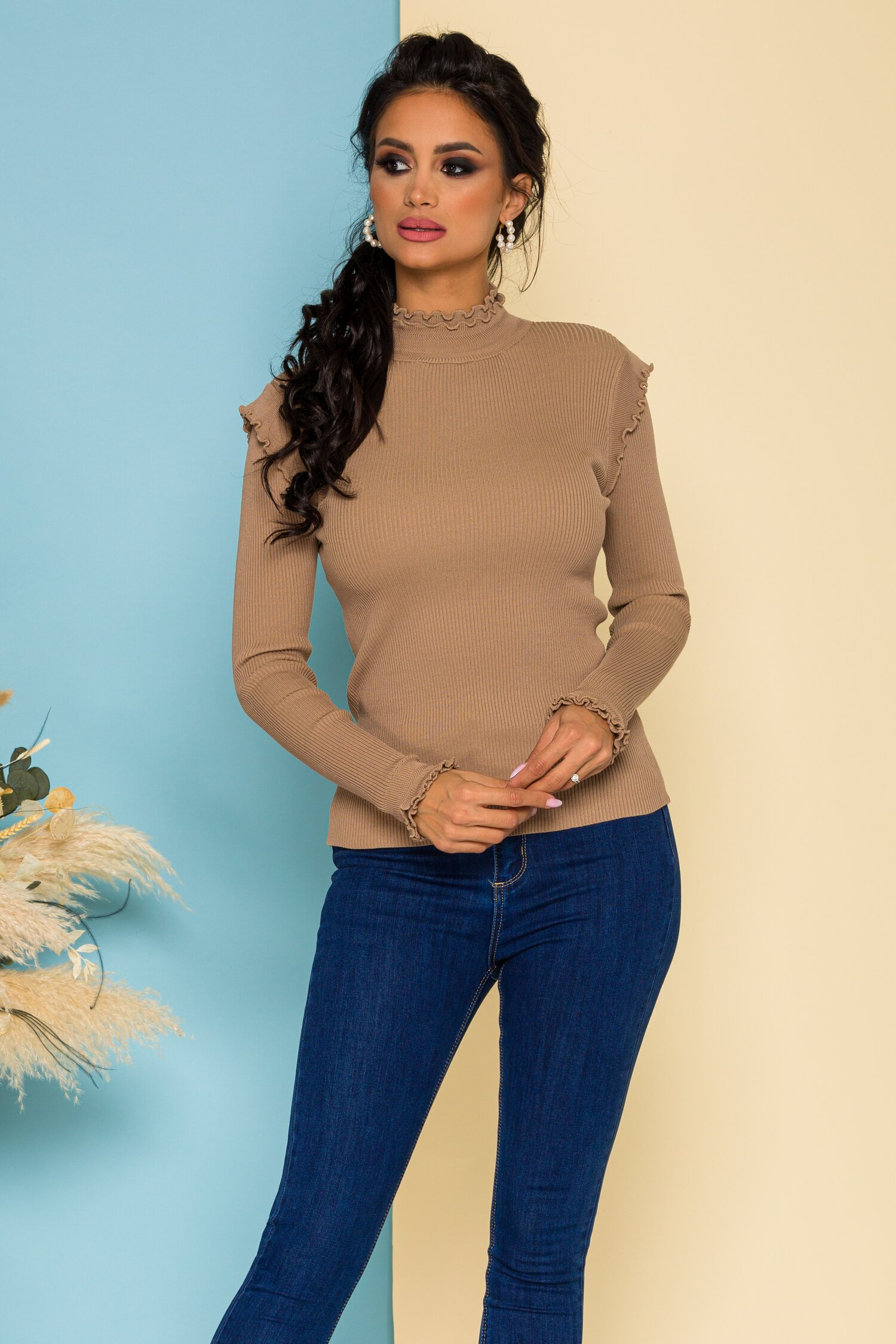 Bluza Katy maro deschis accesorizata cu volanase discrete