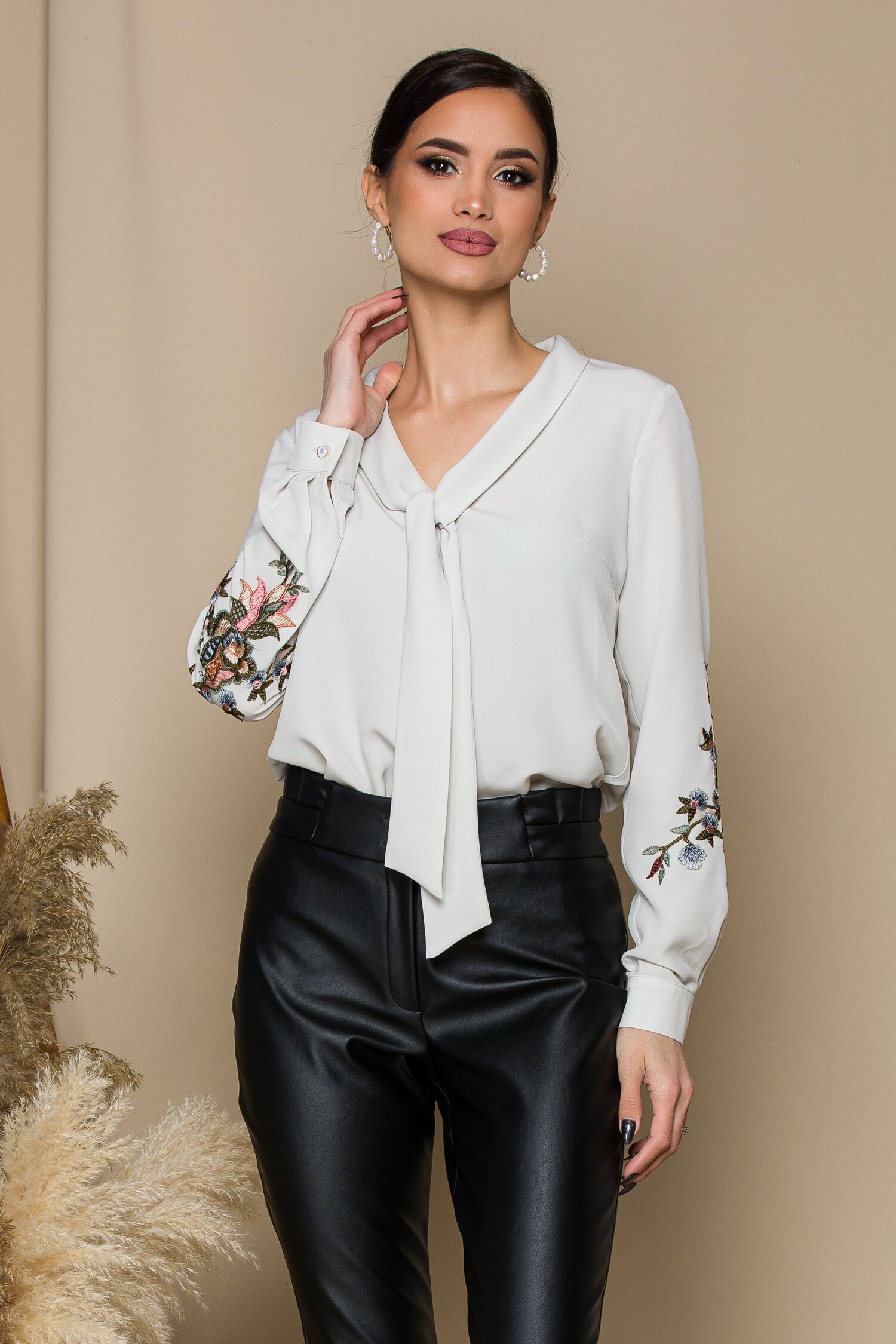 Bluza ivoire eleganta Cu broderie florala pe maneci