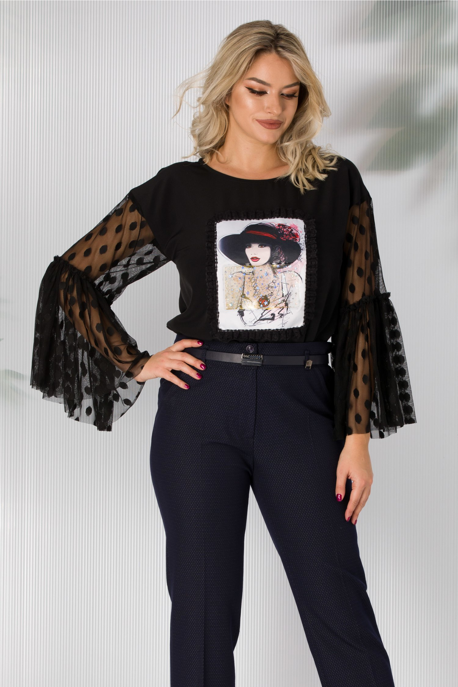 Bluza LaDonna neagra cu imagine imprimata pe fata si maneci din tull cu buline