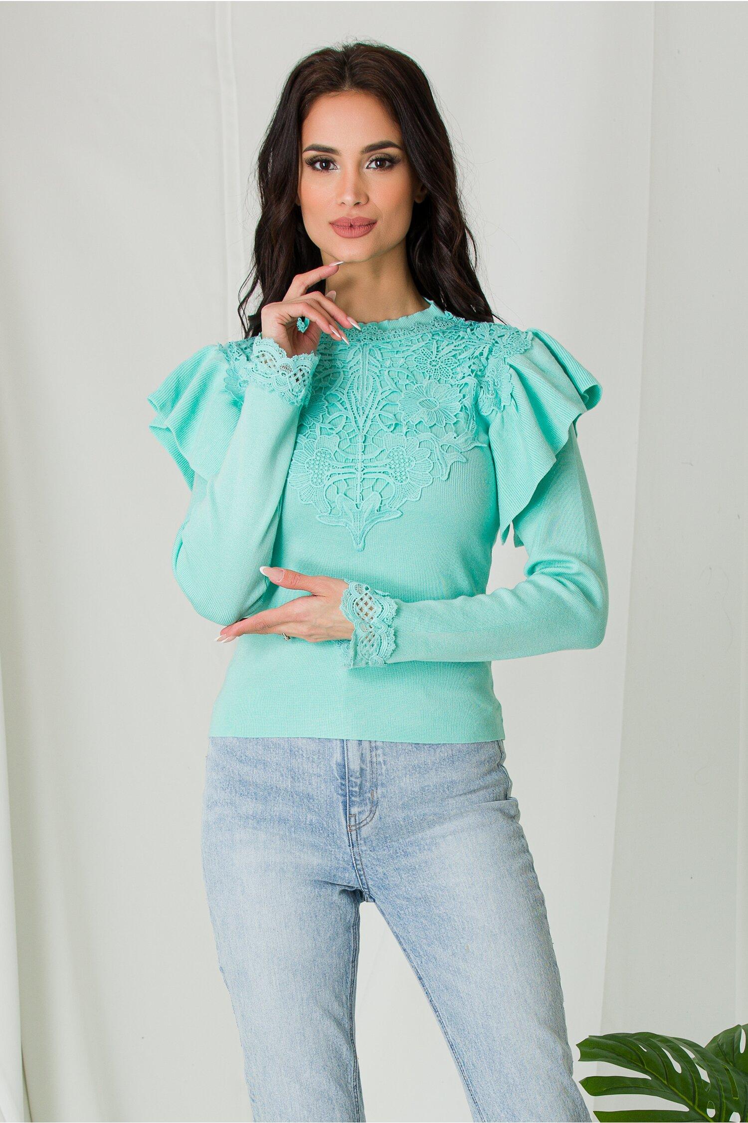 Bluza Melli verde mint cu dantela la bust si volane la umeri