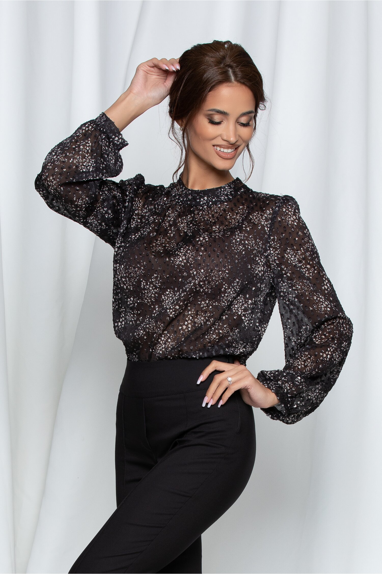 Bluza Moze neagra cu imprimeu floral si guler la baza gatului