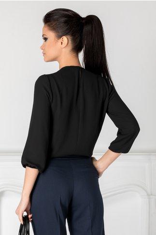 Bluza Rey neagra cu aplicatie si pliuri la decolteu