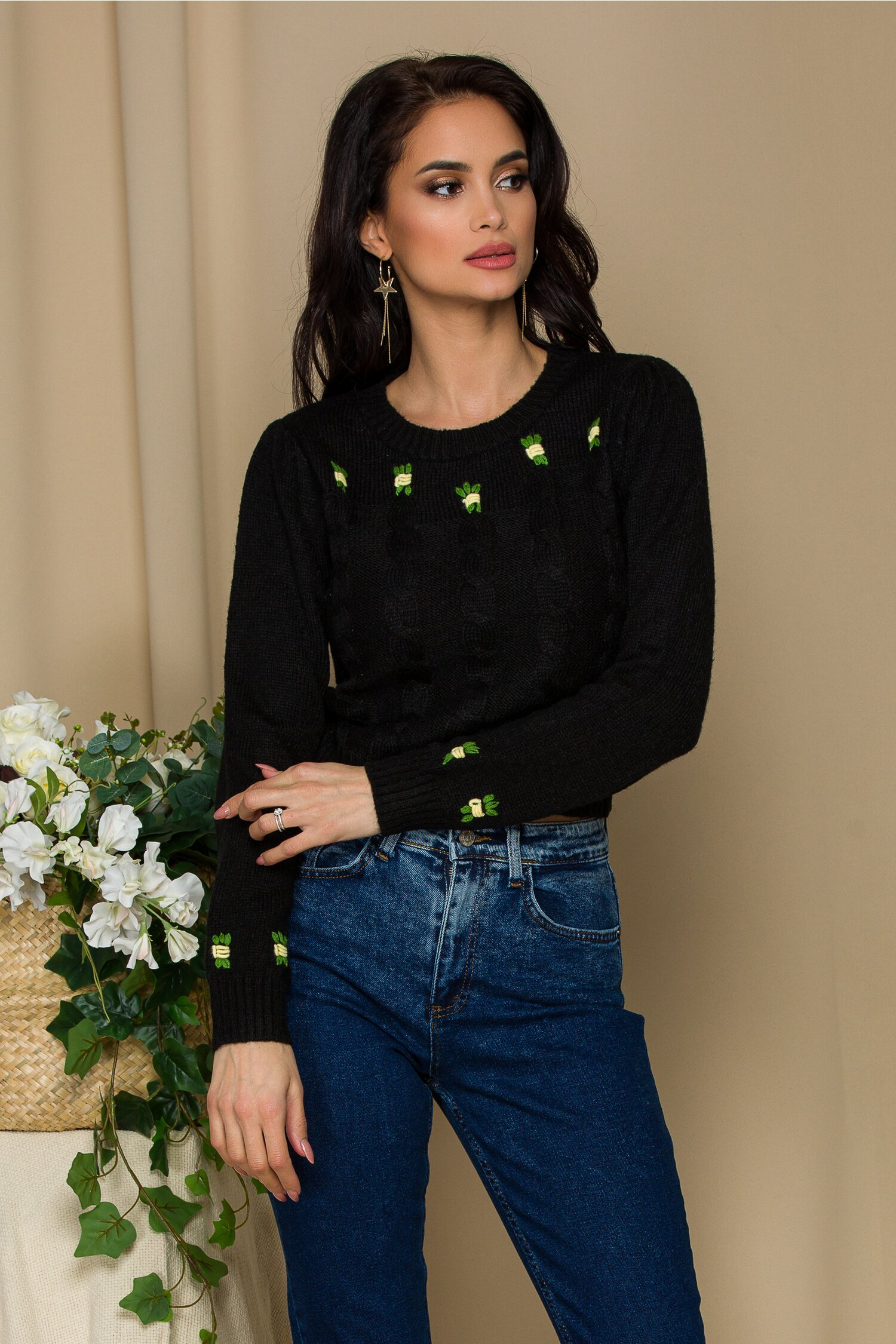 Bluza scurta neagra din tricot cu floricele delicate