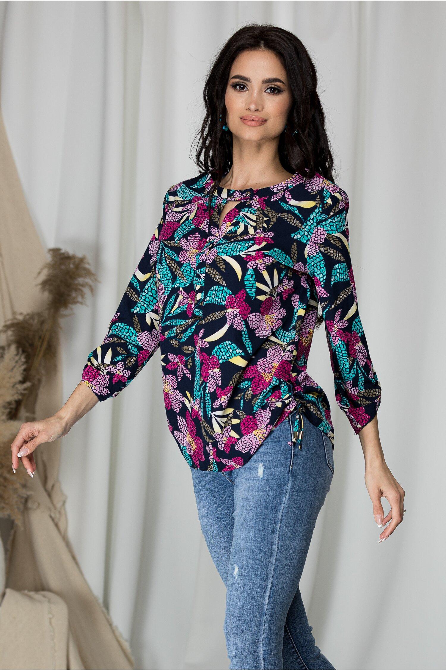 Bluza Sibbil bleumarin cu imprimeu floral roz mozaic