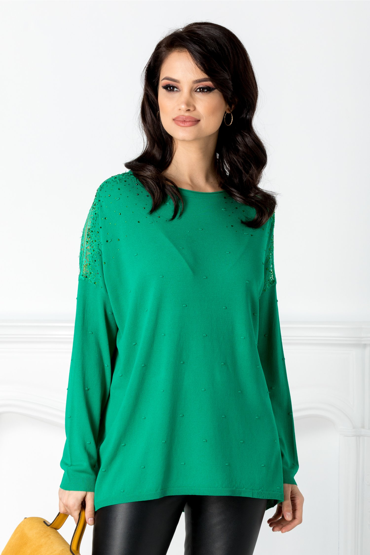 Bluza verde cu aplicatii din dantela la umeri