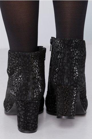 Botine Betsy negre cu imprimeu lucios si accesoriu metalic