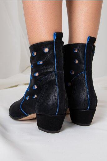 Botine negre cu detalii albastre si perforatii