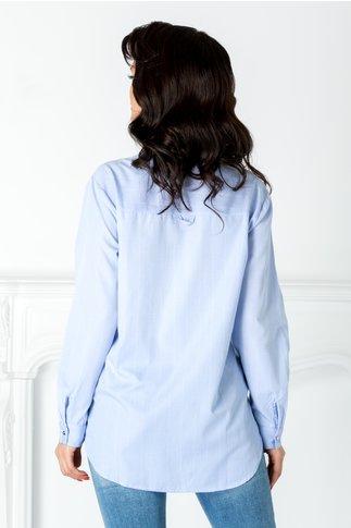 Camasa bleu cu dungi albe si aplicatii la guler