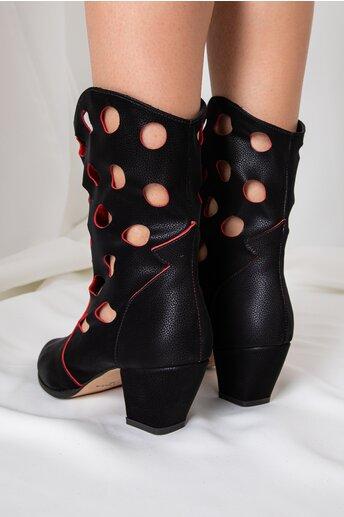 Cizme negre cu insertii rosii si perforatii