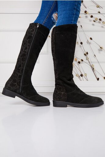 Cizme negre lungi cu talpa joasa si imprimeu floral la spate