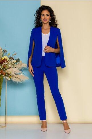 Compleu albastru cu pantaloni usor conici si sacou cu decupaje stylish