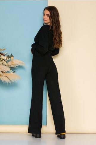 Compleu casual negru din tricot raiat cu bluza scurta si pantaloni evazati