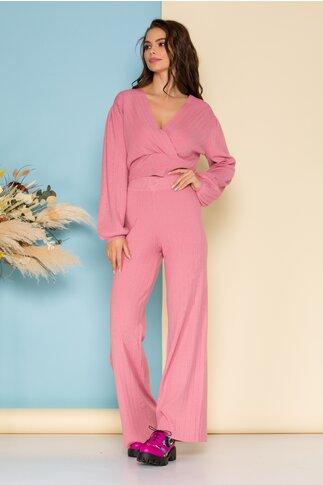 Compleu casual roz din tricot raiat cu bluza scurta si pantaloni evazati
