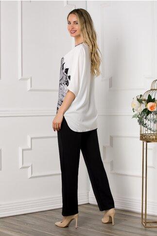 Compleu Katya cu pantaloni negri si bluza alba cu imprimeu trandafir maxi