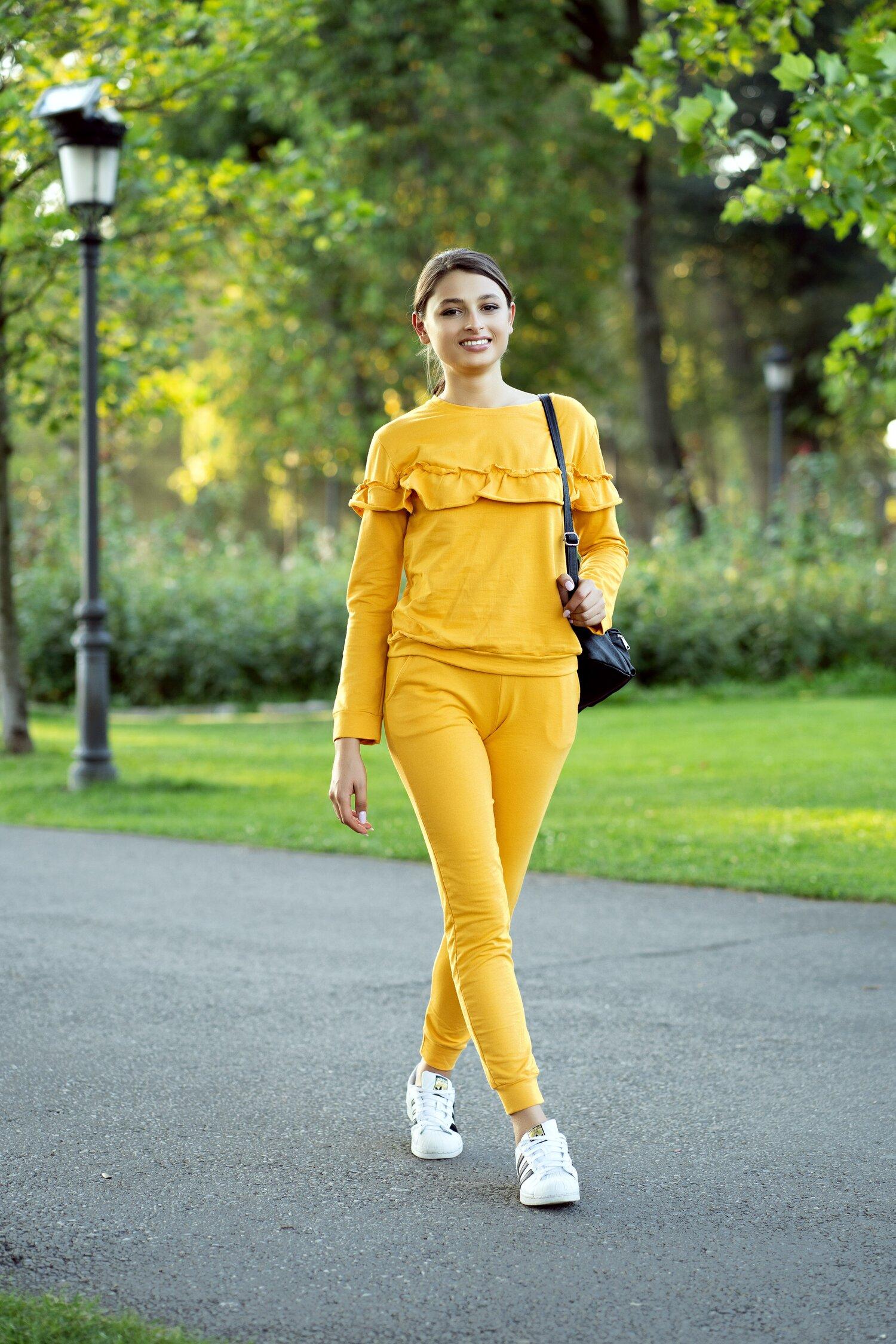 Compleu sport galben mustar din doua piese cu volane pe bluza imagine