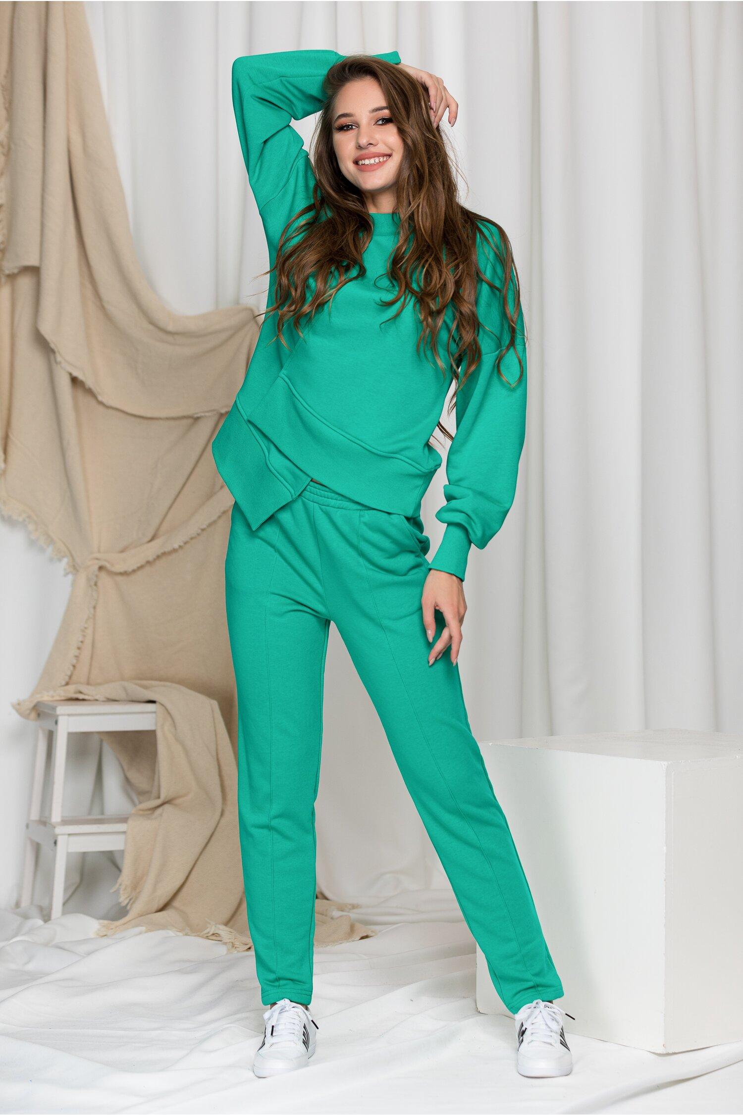 Compleu sport LaDonna verde cu design in colt la baza bluzei