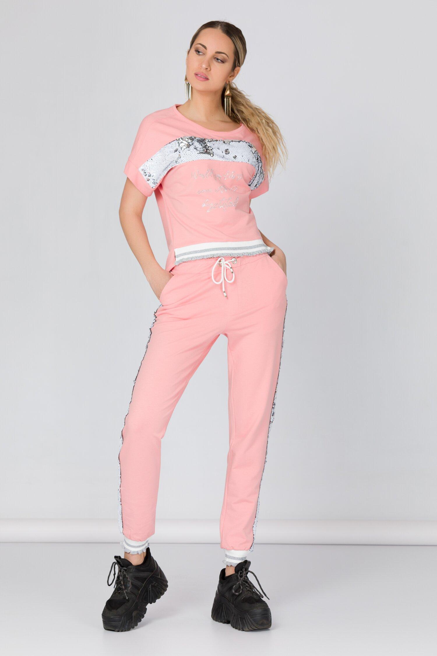 Costum sport roz cu paiete reversibile si strasuri