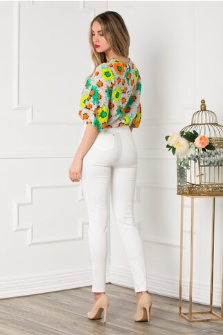 Pantaloni albi cu aplicatii aurii si curea in talie