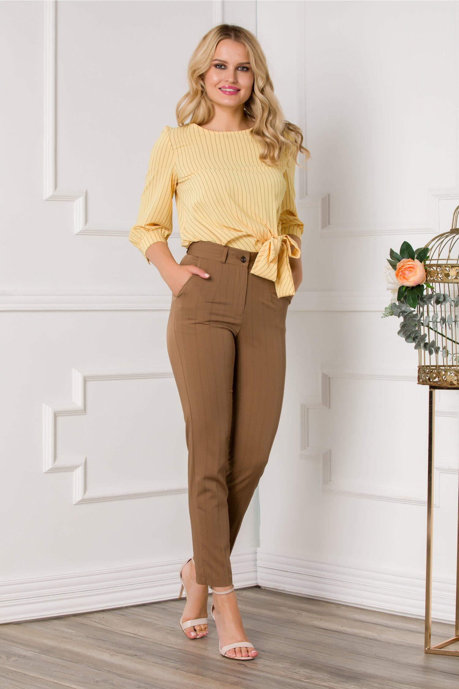 Pantaloni Becca maro cu imprimeu in dungi fine