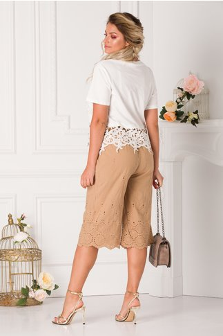 Pantaloni bej trei sferturi cu detalii florale