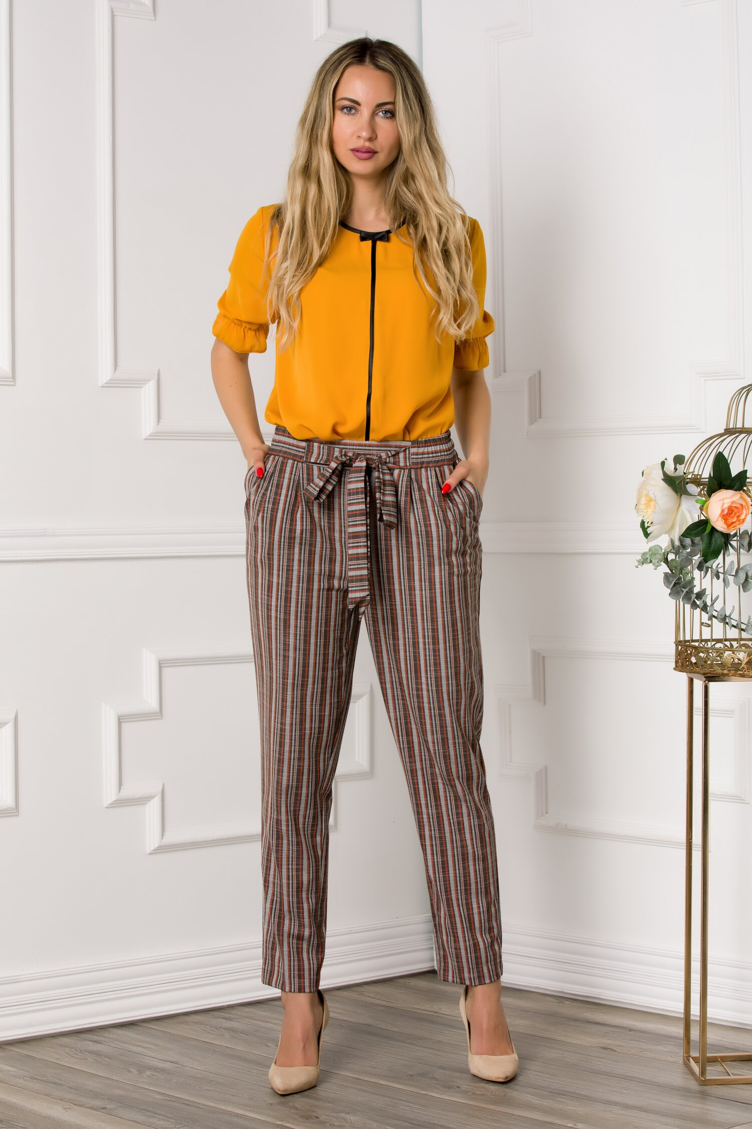 Pantaloni cu imprimeu in dungi gri-maro si cordon in talie