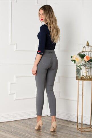 Pantaloni gri cu talie petrecuta accesorizati cu o curea eleganta