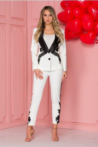 Pantaloni LaDonna albi cu lampas si broderie la baza
