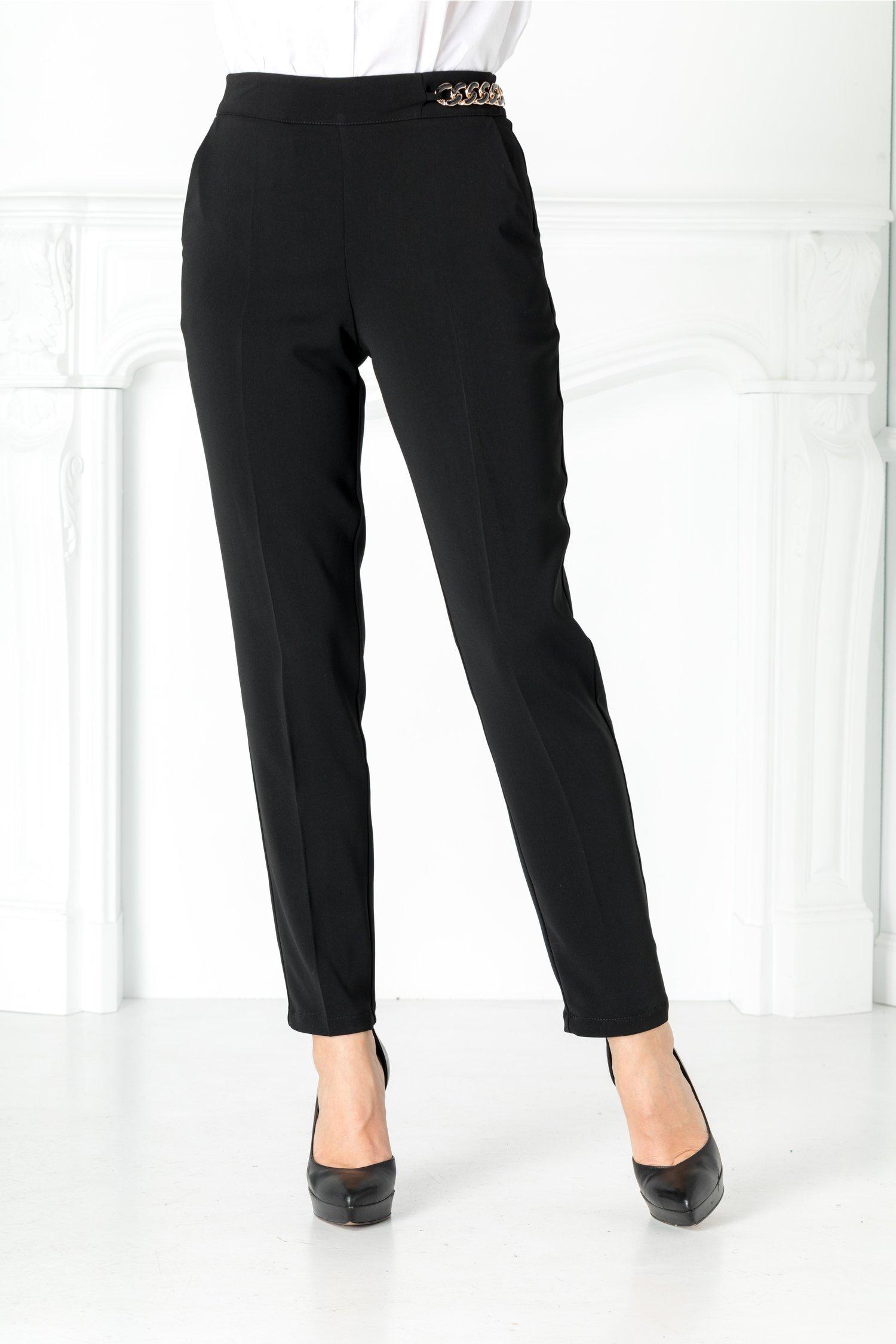 Pantaloni negri cu aplicatie in talie pe o parte