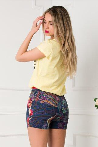 Pantaloni scurti bleumarin cu imprimeu floral si curea rosie
