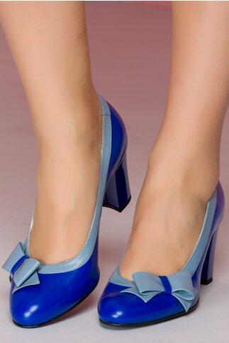 Pantofi albastri cu fundita pe o parte a varfului