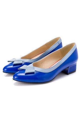 Pantofi albastri cu toc jos cu detalii in relief si fundita bleu pe varf