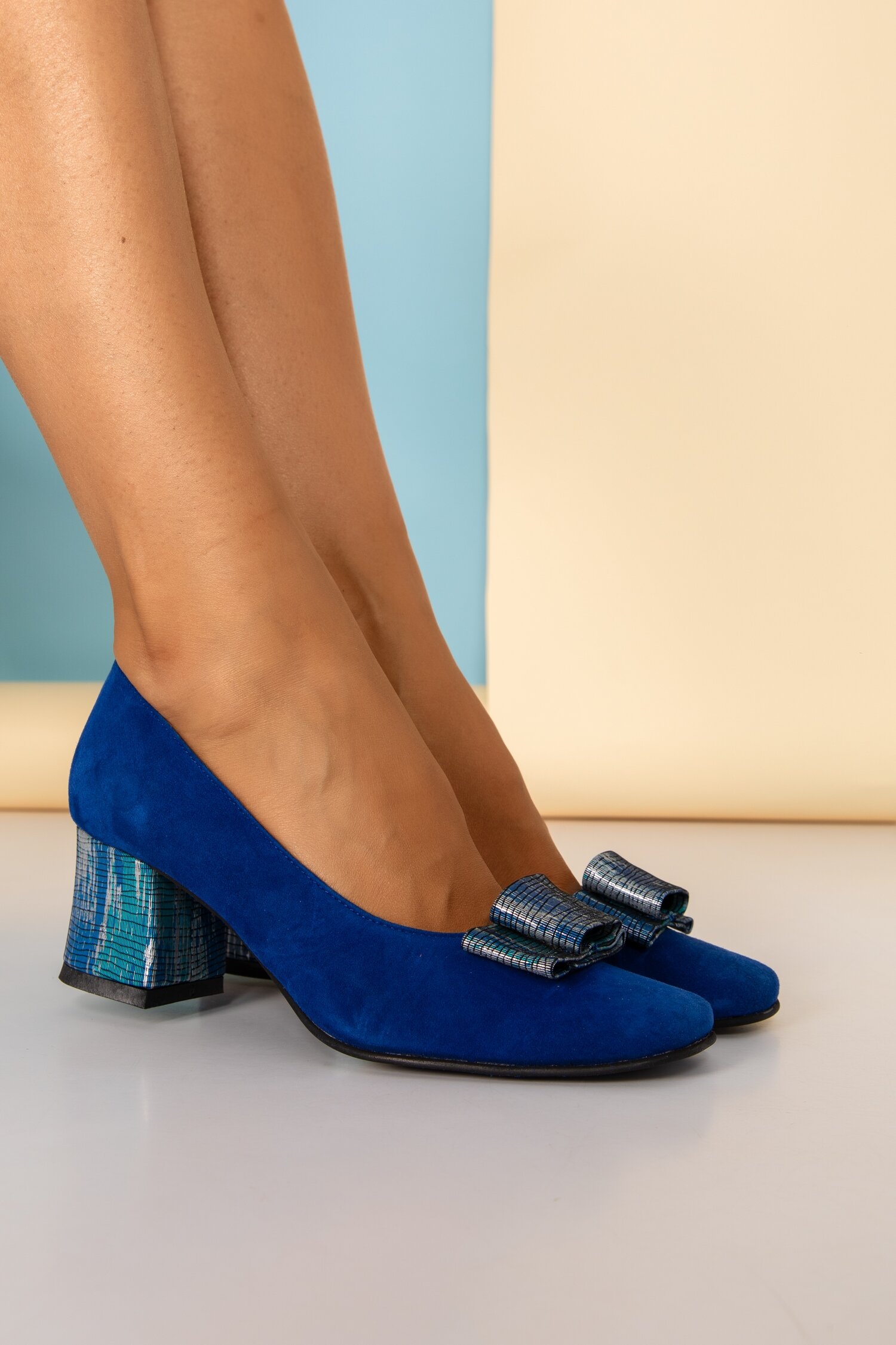 Pantofi albastri din piele naturala office cu imprimeu pe funda si toc